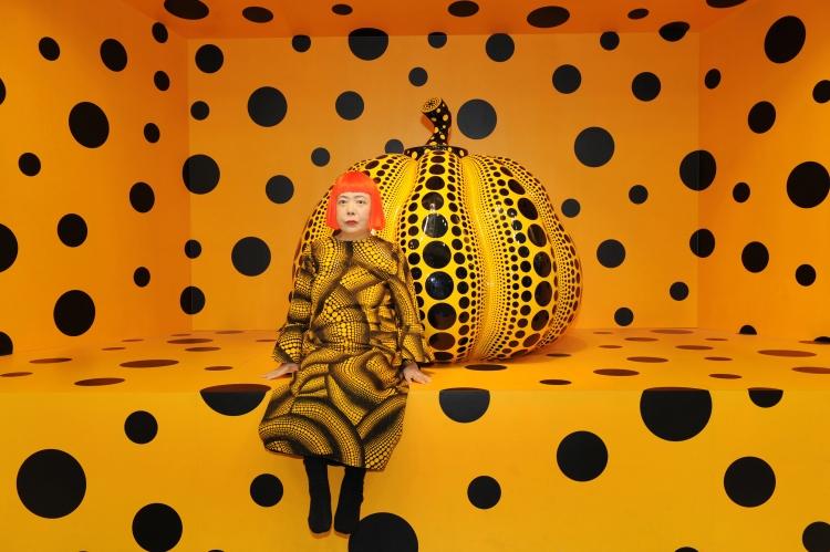 Kusama - gul med sorte prikker2